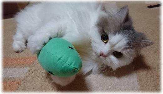 蹴り蹴り姿がたまらん。猫のおもちゃ『けりぐるみ』がイイ!